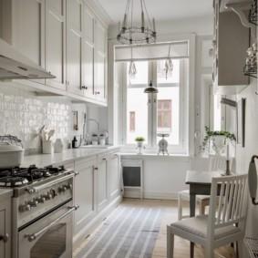 Светлая кухня в квартире кирпичного дома