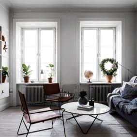 Светлая гостиная с двумя окнами
