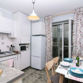 Пестрый рисунок на кухонных шторах