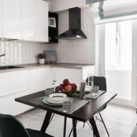 Обеденный стол в светлой кухне