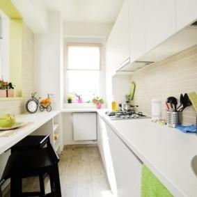 Узкая кухня с белой мебелью