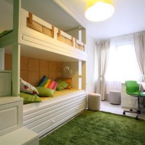Двухъярусная детская кровать в маленькой комнате
