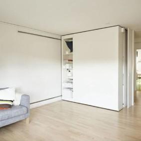 Раздвижная мебель в светлой комнате