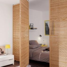 Легкая перегородка из бамбука в однокомнатной квартире