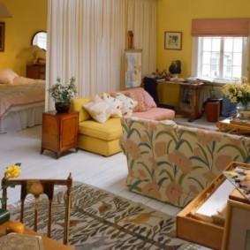 Яркая обивка гостиного дивана