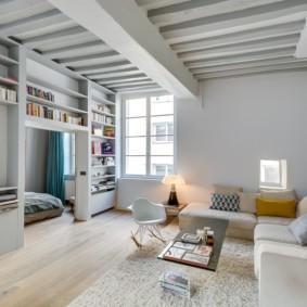 Деревянный потолок в гостиной комнате