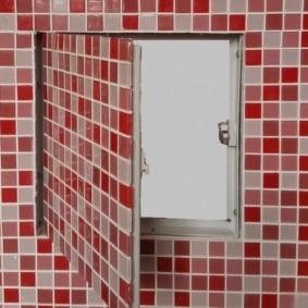 Мелкая керамическая плитка на дверце люка