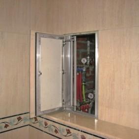 Скрытый шкафчик в ванной с потайной дверцей