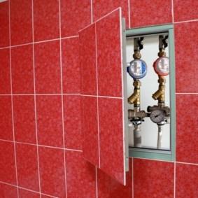 Счетчики в скрытом шкафчике в туалете