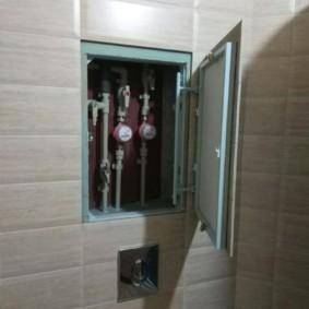 Счетчики холодной и горячей воды внутри ниши в туалете