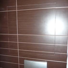 Люк в стене туалета с унитазом