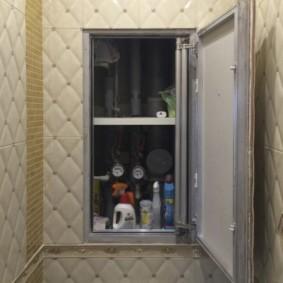 Удобные полочки внутри скрытого шкафа