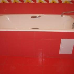 Белый люк из пластика в облицовке из красной плитки