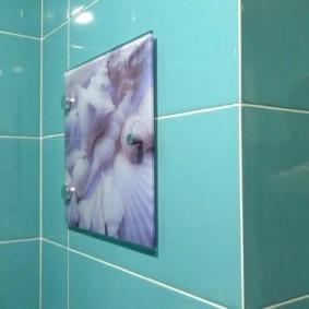 Накладной люк с фотопечатью на стене ванной