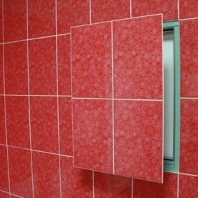 Красная кафельная плитка на дверце ревизионного люка