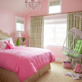 Розовое одеяло на кровати девочки