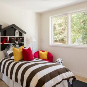 Яркие подушки в маленькой детской комнате