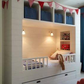 Настенные светильники над детской кроватью