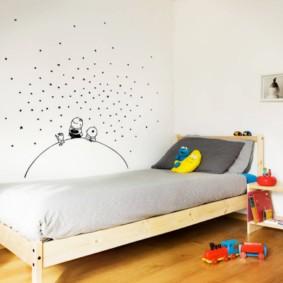 Узкая кровать на деревянном каркасе