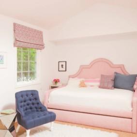 Раскладной диван с розовой обивкой