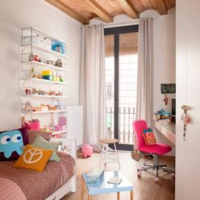 Маленькая детская комната с дверью на балкон