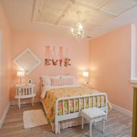 Небольшая люстра над детской кроватью