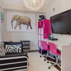 Розовые спинки стульев в детской комнате
