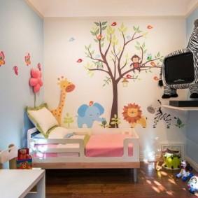Нарисованное дерево на стене детской