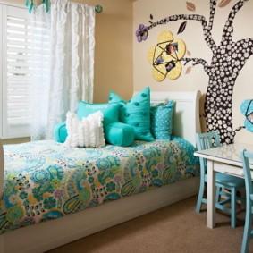 Бирюзовые подушки на детской кровати