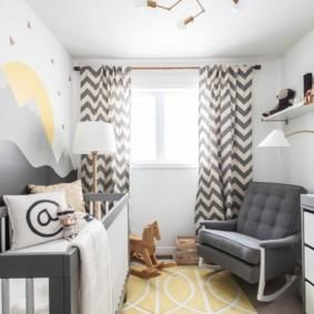Серое кресло для мамы в комнате новорожденного