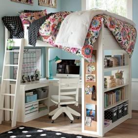 Рабочее место школьника в двухъярусной кровати