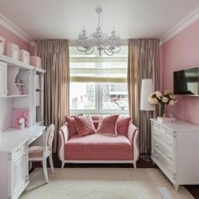 Розовый диванчик в комнате младшей дочери