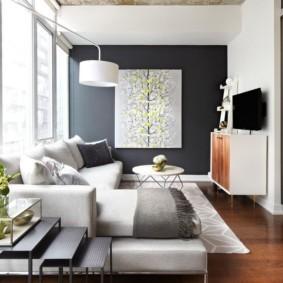 Бетонный потолок в комнате с деревянным полом
