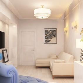 Светлый диван в углу гостиной комнаты