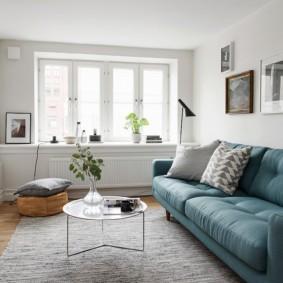 Окно без штор в гостиной скандинавского стиля