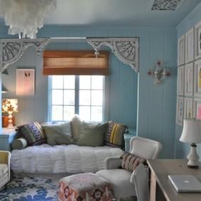 Голубые стены в комнате деревянного дома