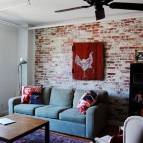 Обшарпанная стена из красного кирпича