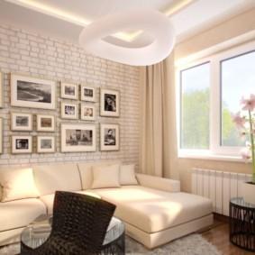 Черно-белые фото на стене над диваном