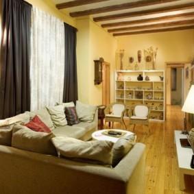 Деревянные балки на потолке комнаты