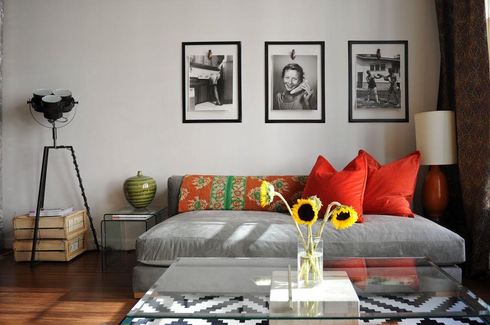 Монохромные фото в рамках над диваном