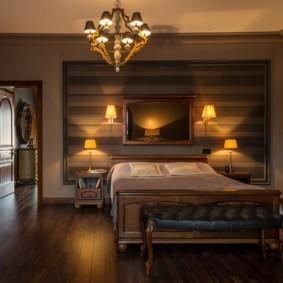 Ночное освещение спальни с деревянной кроватью