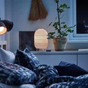 Светильники с металлическими плафонами над изголовьем кровати