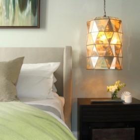 Подвесной ночник над прикроватной тумбочкой