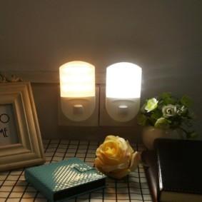 Компактные ночники в розетках на стене спальни