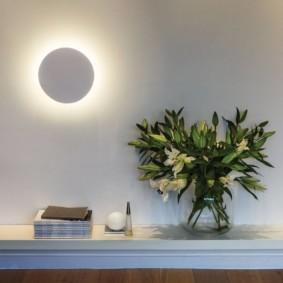 Ночник-луна на светлой стене