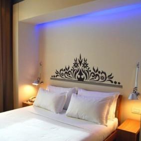 Голубая подсветка ниши в спальне