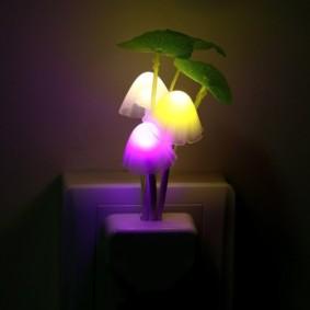 Китайский светильник в розетке спальни