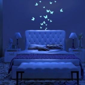 Светящиеся бабочки на стене спальни