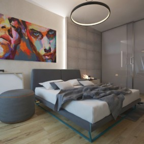 Яркий плакат в интерьере спальни