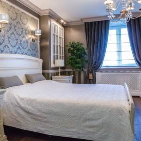 Серые подушки на белой кровати